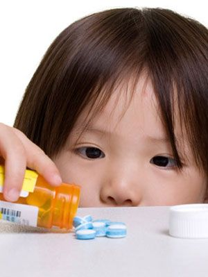 les dangers of open medicine bottles around children